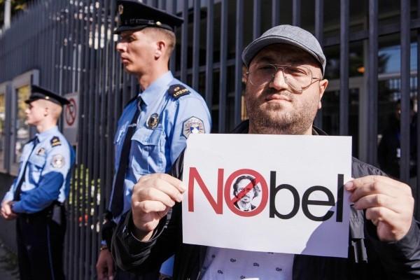 Protest przeciwko nagrodzie Nobla dla Petera Handke