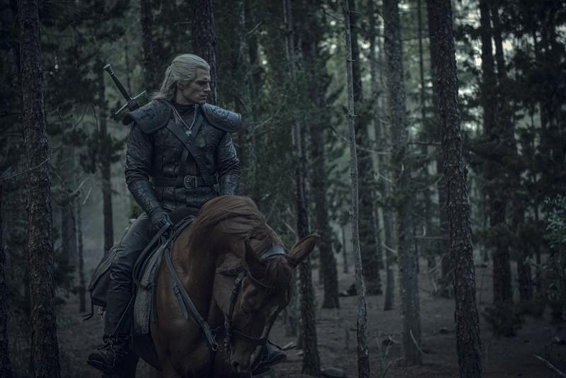 Kadr z serialu Wiedzmin, Geralt na koniu