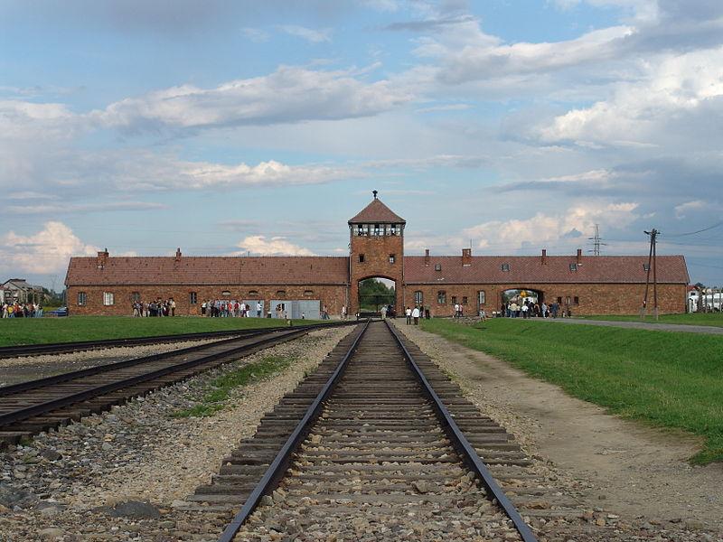 Wartownia i brama główna Auschwitz II, widok z rampy wewnątrz obozu. Zdjęcie współczesne