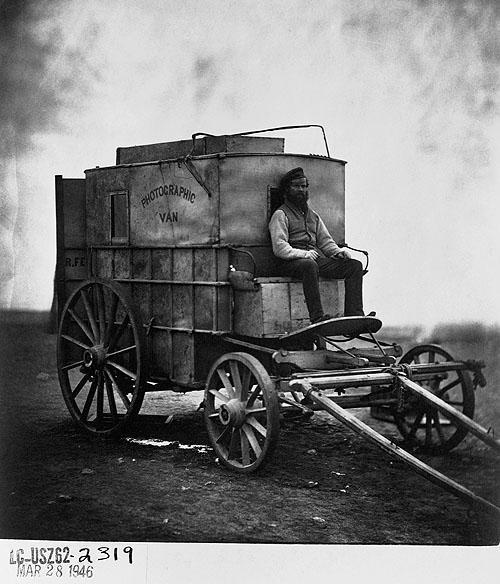 Asystent Rogera Fentona, Marcus Sparling, na wozie, w którym znajdowało się jego laboratorium fotograficzne w czasie wojny krymskiej