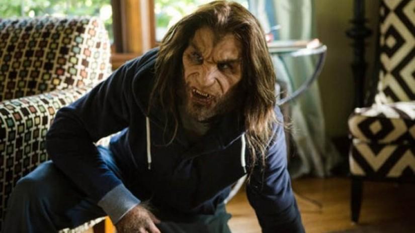 Stworzenie przypomnające wilkołaka w salonie, kadr z serialu Grimm