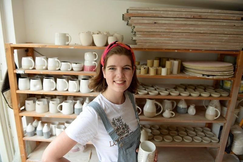 Autorka książki Fabryka lalek, Elizabeth Macneal, w swojej pracowni ceramiki