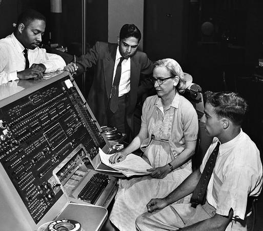 Grace Hopper podczas pracy przy UNIVAC I, 1960 r.