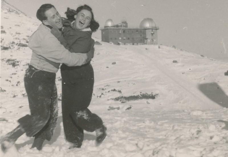 Lale Sokolow i jego żona Gita - bohaterowie książki Tatuażysta z Auschwitz, podczas wakacji w górach