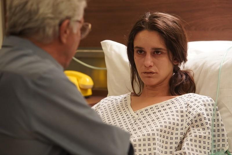 """Kobieta leżąca na szpitalnym łóżku, kadr z filmu """"W labiryncie"""""""