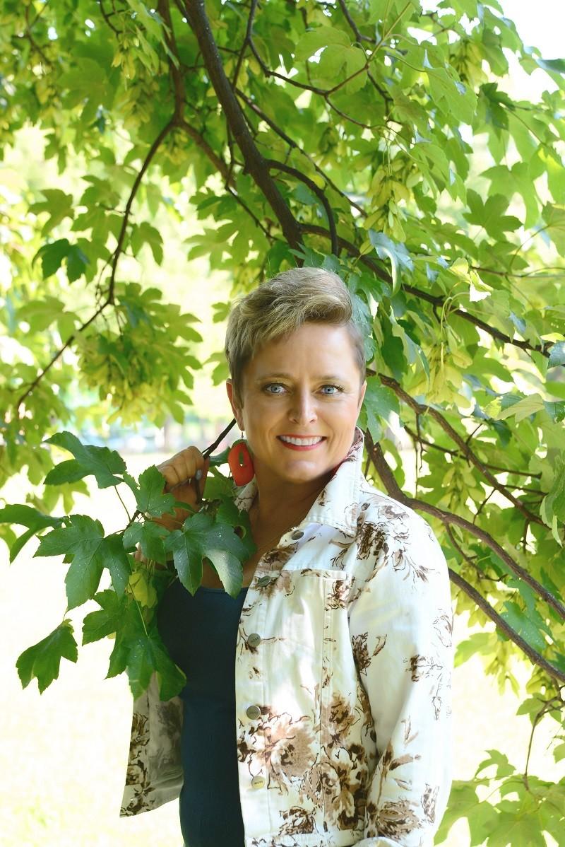 Portret Izabeli Frączyk na tle drzew
