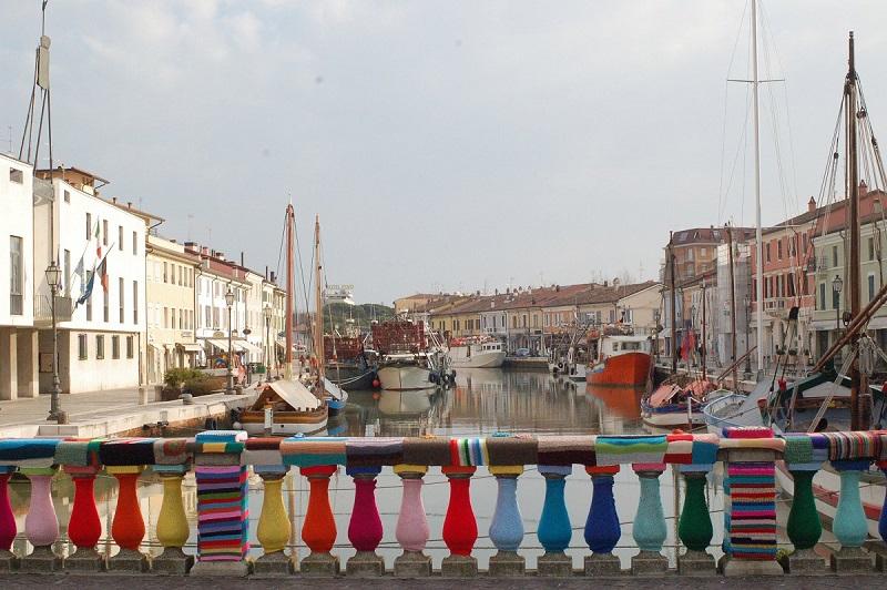 Zdjęcie włoskiego mostu z okrytymi przędzą tralkami, tzw. yarnbombing.