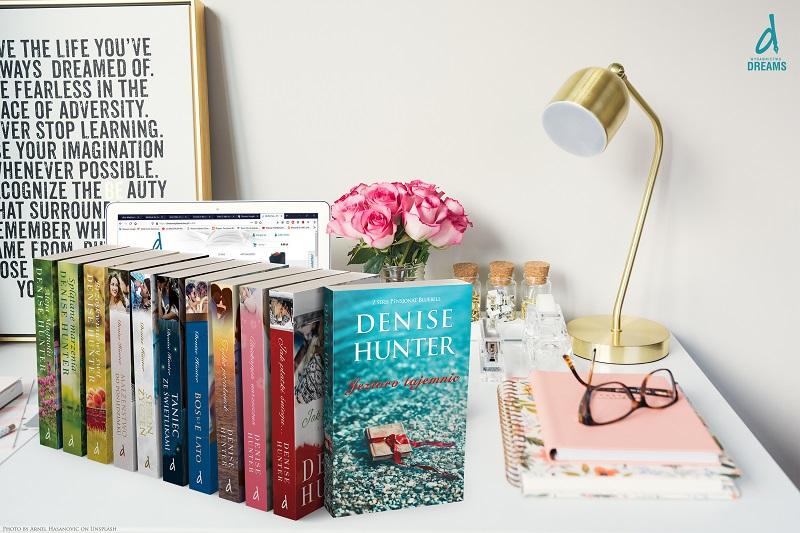 Zdjęcie z książkami autorstwa Denise Hunter.
