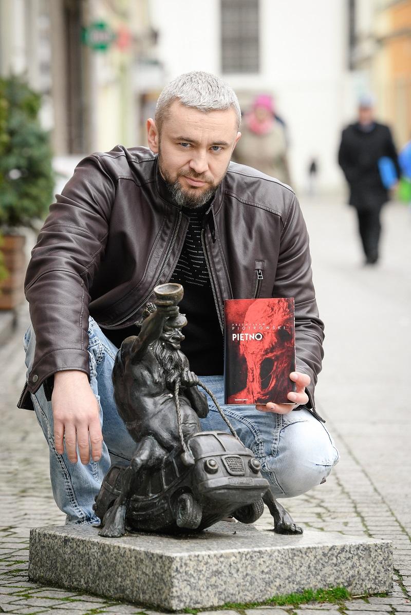 Przemysław Piotrowski z krasnalem we Wrocławiu