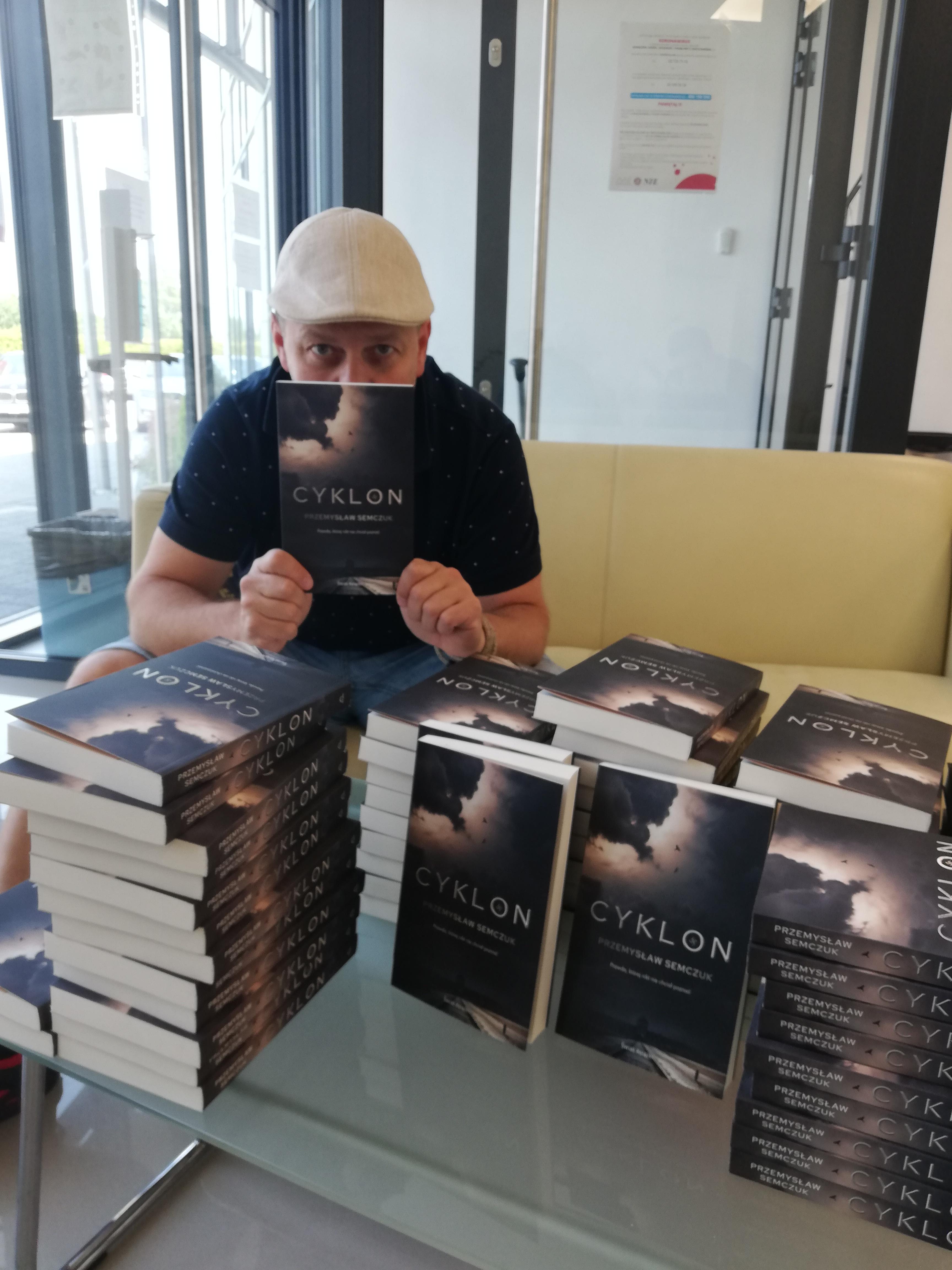 Przemysław Semczuk z książką Cyklon