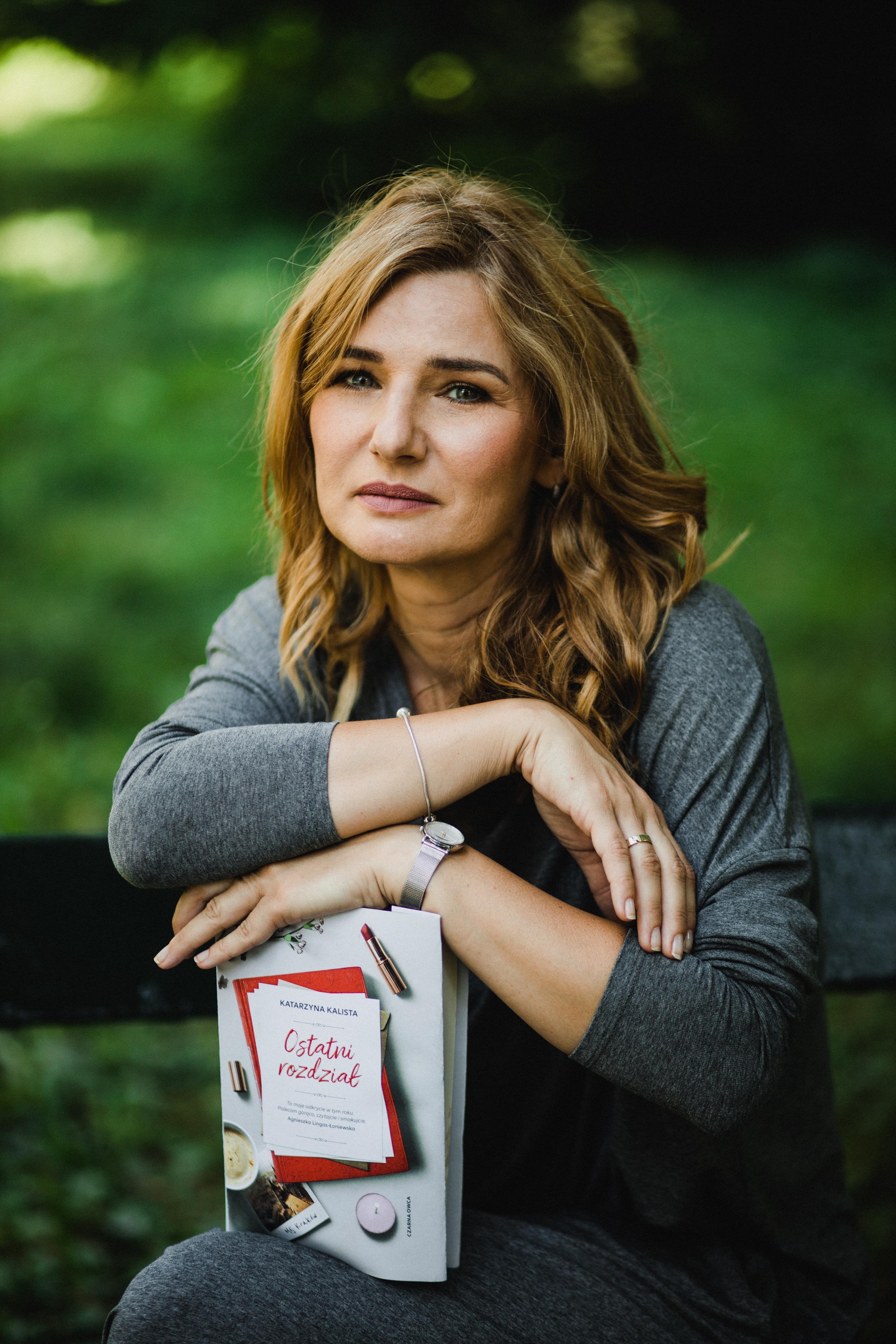 Katarzyna Kalista ze swoją książką w parku