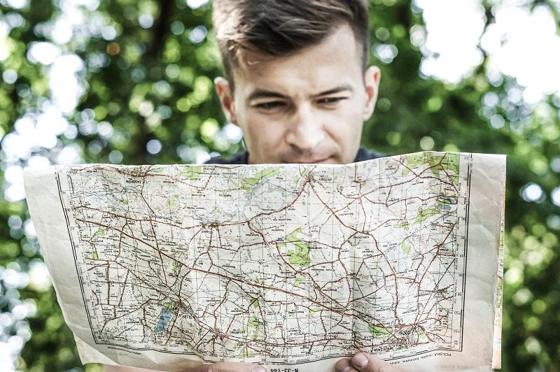 Jakub Małecki z mapą