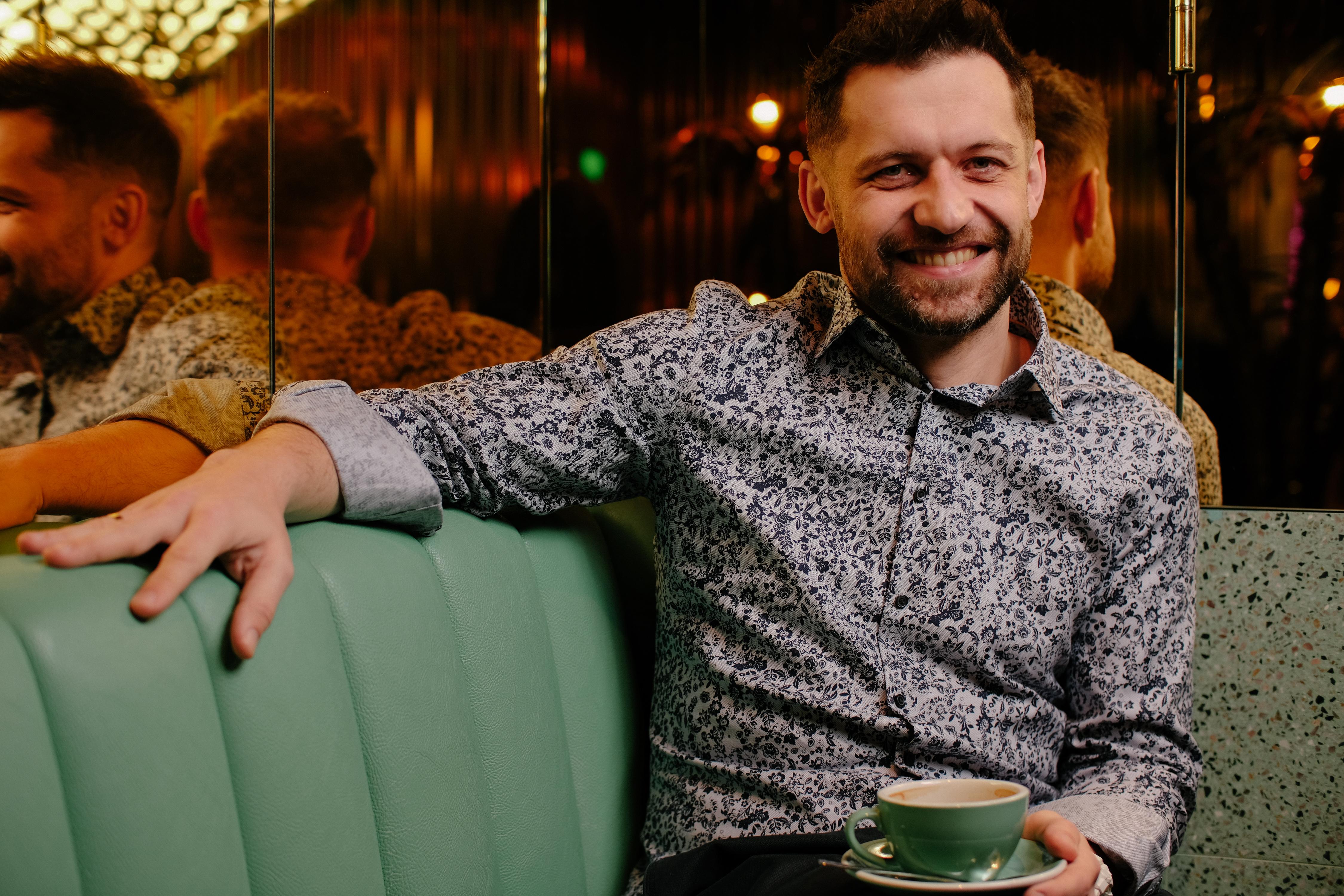 Jacek Galiński, pisarz, w kawiarni, przy kawie