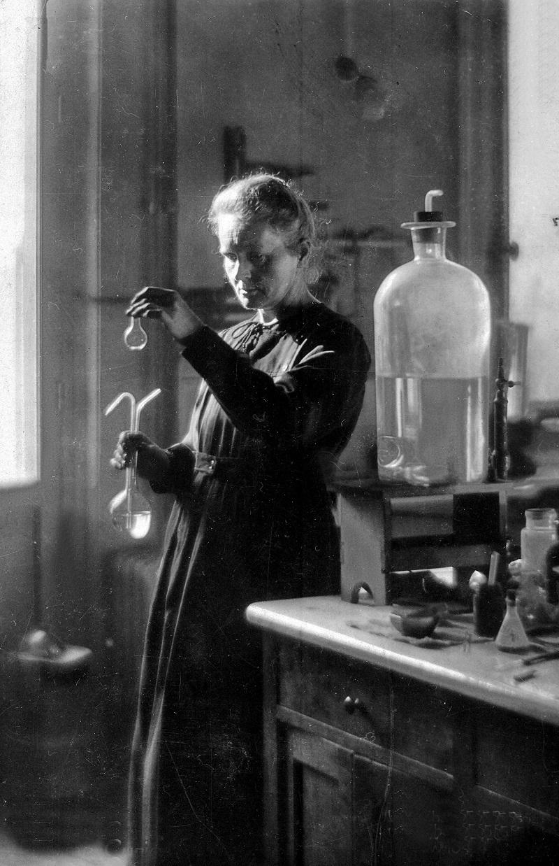Maria Curie-Skłodowska podczas pracy w laboratorium