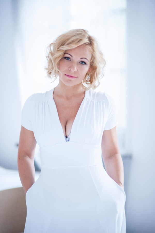Małgorzata Warda w białej sukience